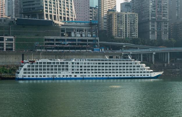 Cruceros y rascacielos en chaotianmen wharf, chongqing, china