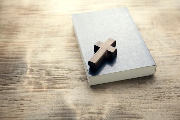 Cruces de madera en libro