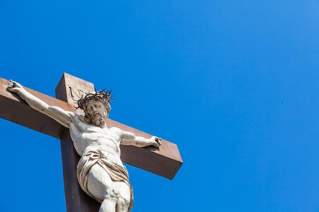 Crucifijo de mármol con cielo azul de fondo. francia, región de provenza.
