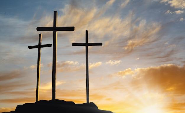 Crucifixión de jesucristo al amanecer.