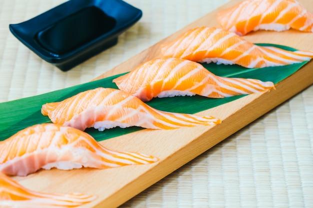 Crudo con salmón fresco pescado carne sushi