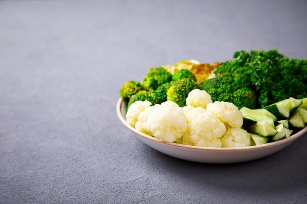 Crudos mixtos de verduras y garbanzos. tazón de buda vegetariano.