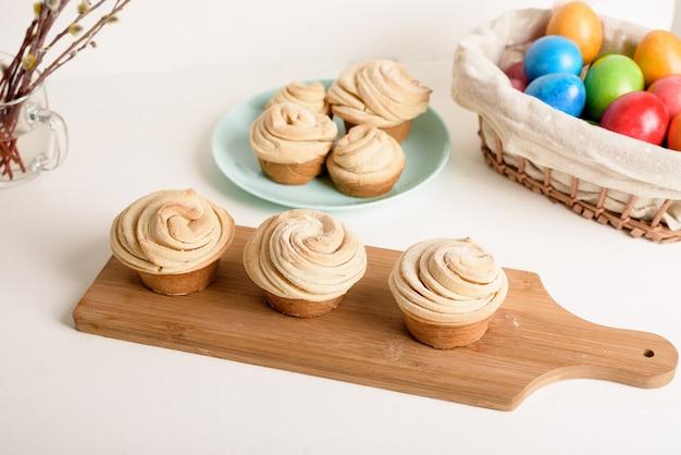 Cruffins pasteles de primavera de pascua, una mezcla de muffin y croissant sobre un fondo claro