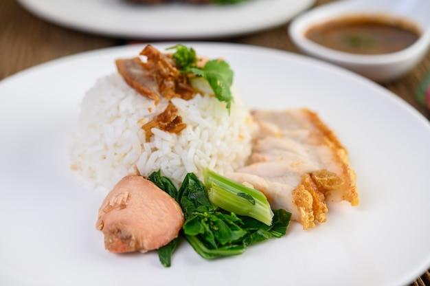 Crujiente de cerdo en un plato blanco.