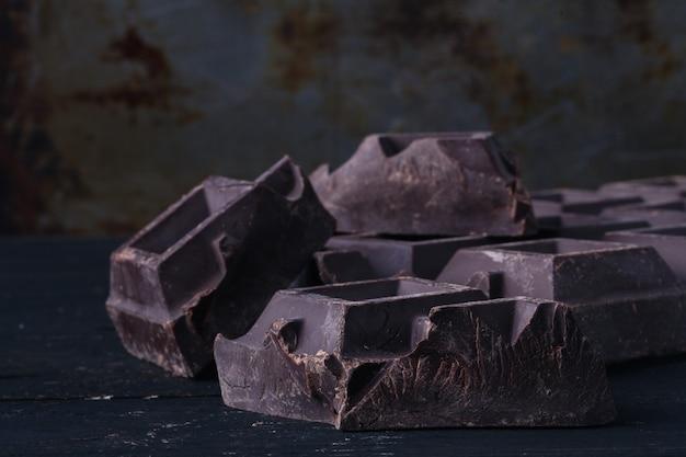 Crujiente de chocolate oscuro en la mesa rústica