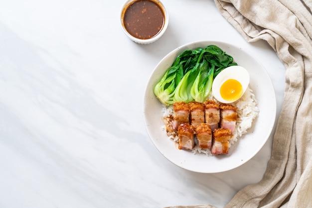 Crujiente panceta de cerdo sobre arroz cubierto