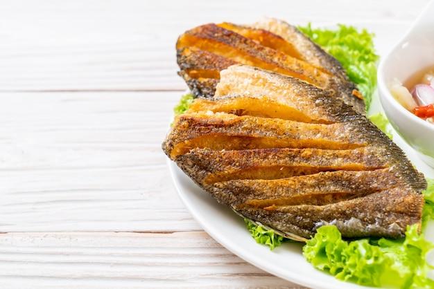 Crujiente de pescado gourami con ensalada picante