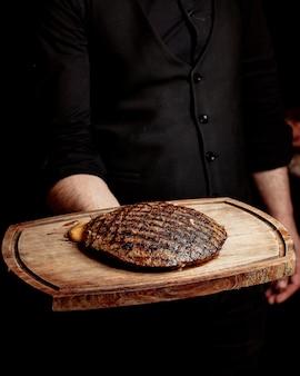 Crujiente trozo de carne frita rellena de queso derretido