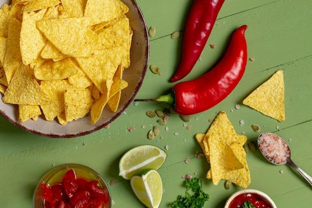 Crujientes chips y vegetales en platos