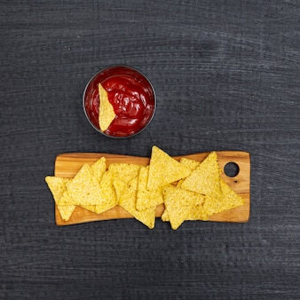 Crujientes nachos tradicionales con salsa de tomate