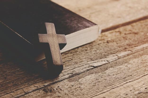 Cruz y biblia