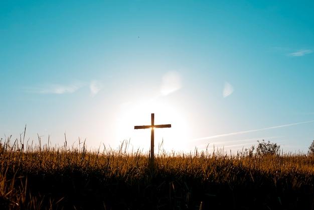 Cruz en un campo