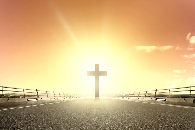 Cruz cristiana al final de la carretera de asfalto
