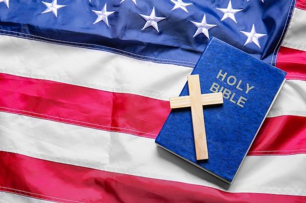 Cruz cristiana y biblia en la bandera de estados unidos