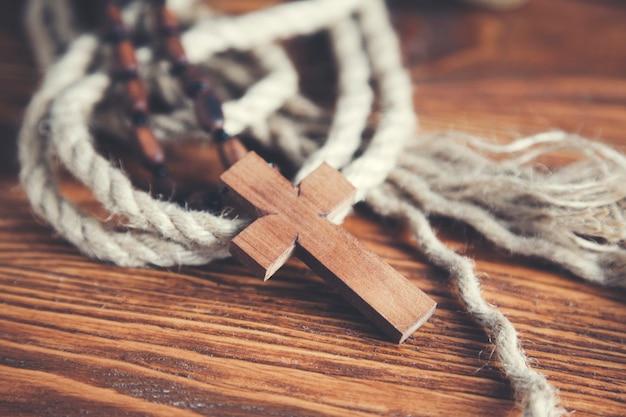Cruz cristiana sobre fondo de madera