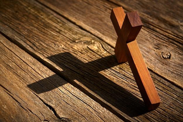 Cruz cristiana sobre madera sobre madera