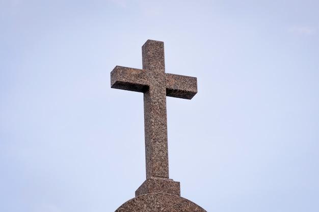 Cruz de granito de una iglesia