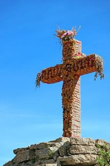 La cruz en el mirador del cóndor andino en el cañón del colca, región de arequipa, perú