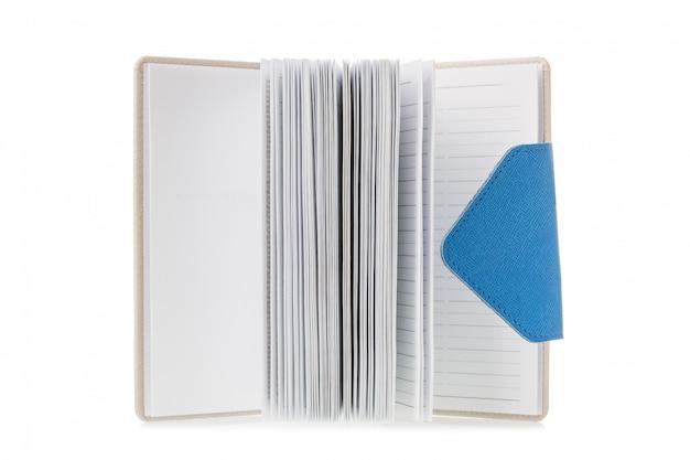 Cuaderno abierto aislado sobre fondo blanco.