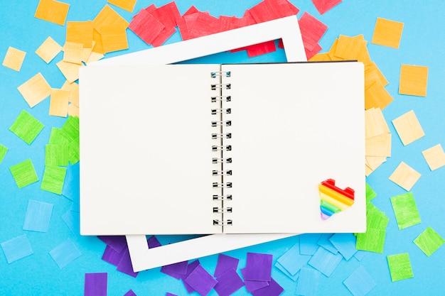 Cuaderno abierto del concepto del día del orgullo