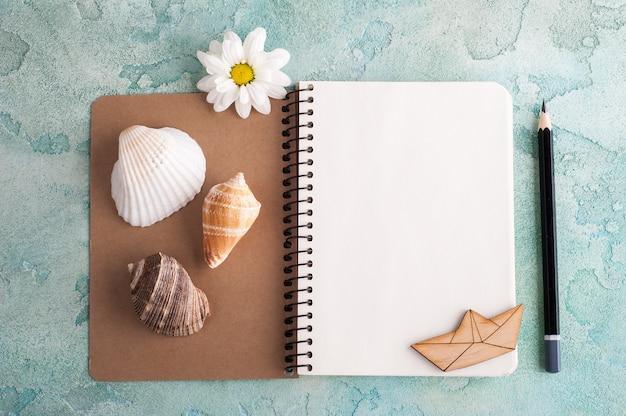 Cuaderno abierto con elementos marinos