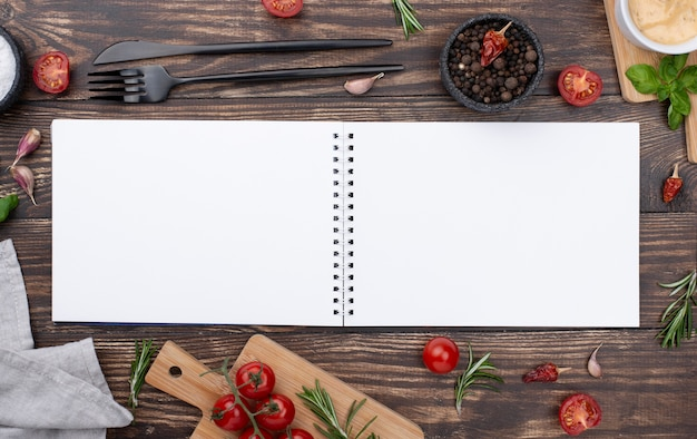 Cuaderno abierto con ingredientes al lado