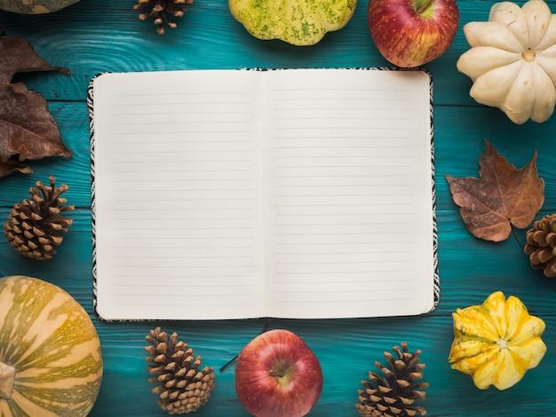 Cuaderno abierto en otoño verde