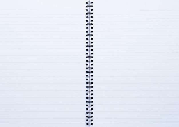 Cuaderno abierto, página de papel para el fondo.