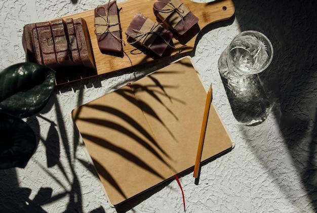 Un cuaderno abierto sobre un fondo claro