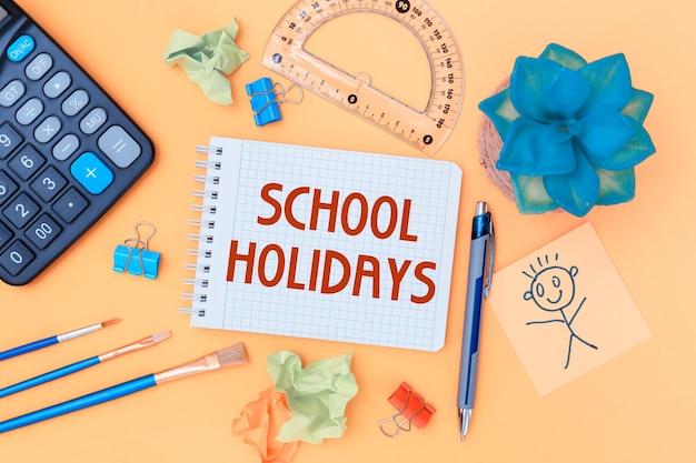 Cuaderno abierto con útiles escolares. inscripción vacaciones escolares