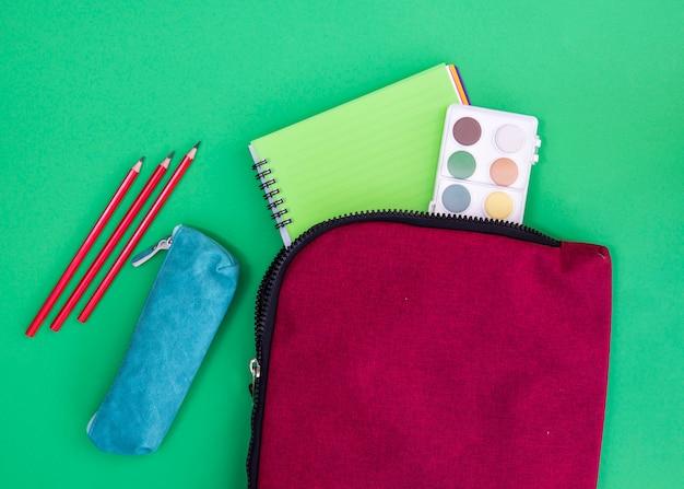 Cuaderno, acuarelas y papelería en estuches.