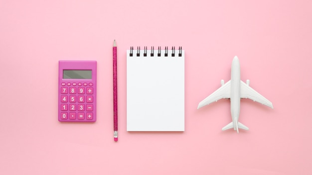 Cuaderno al lado del avión de juguete