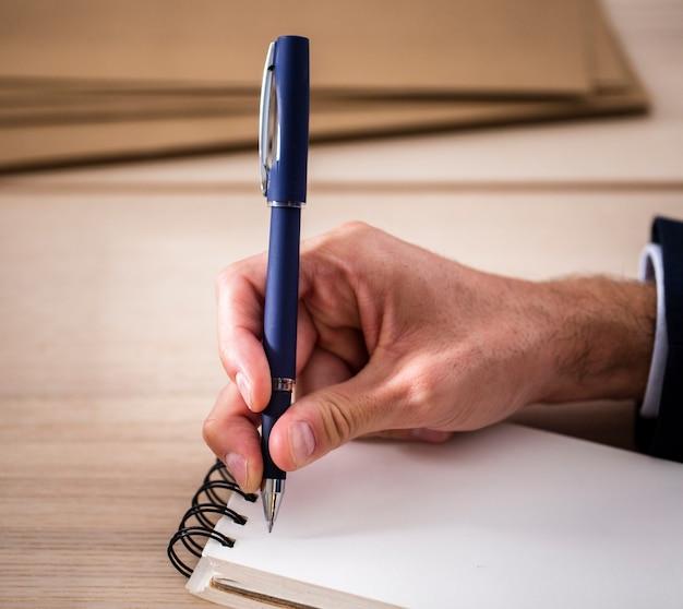 Cuaderno de alto ángulo en la oficina para notas