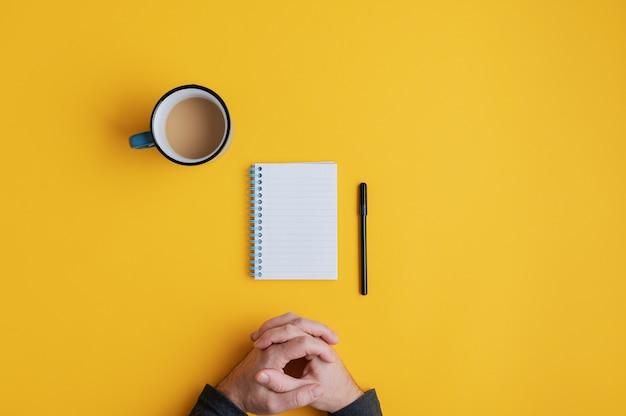 Cuaderno en blanco y bolígrafo listos para usar