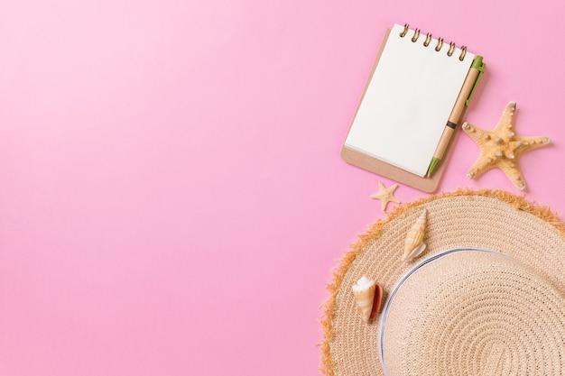 Cuaderno en blanco endecha plana con concha. fondo de vacaciones de verano, vista superior.