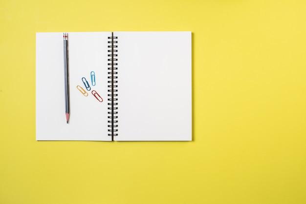Cuaderno en blanco en el espacio de trabajo