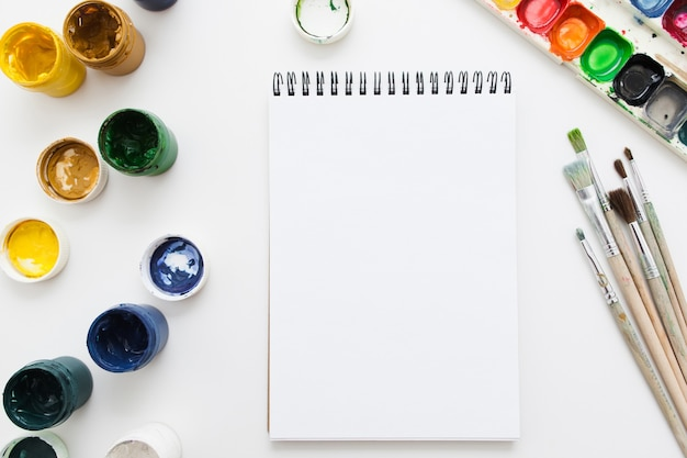 Cuaderno en blanco con herramientas de dibujo