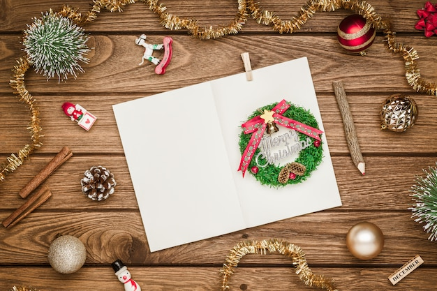 Cuaderno en blanco maqueta de navidad en madera grunge