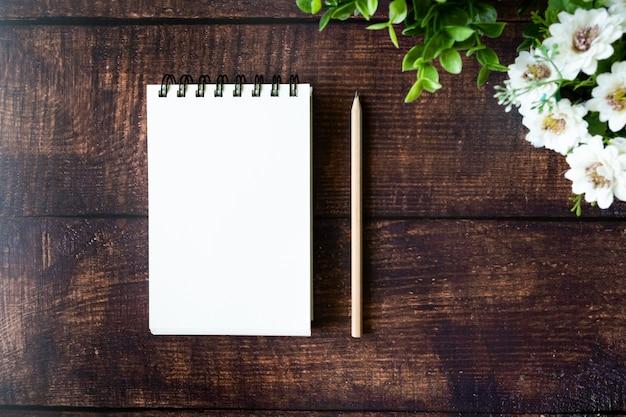 Cuaderno en blanco en la mesa de madera.