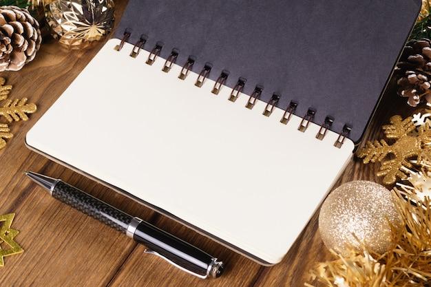 Cuaderno en blanco en navidad y año nuevo