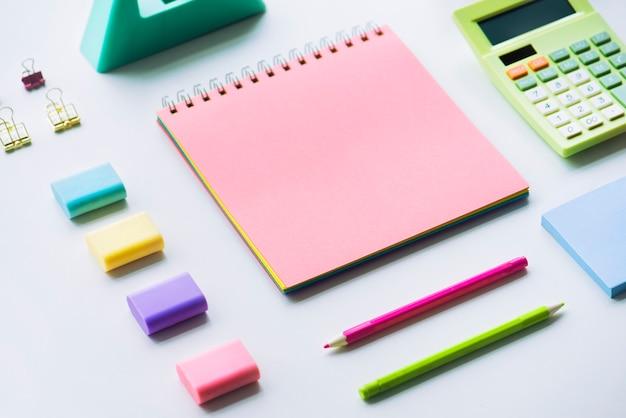 Cuaderno en blanco y otros objetos.