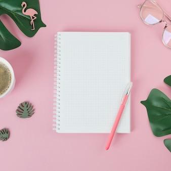 Cuaderno en blanco con la pluma en la mesa