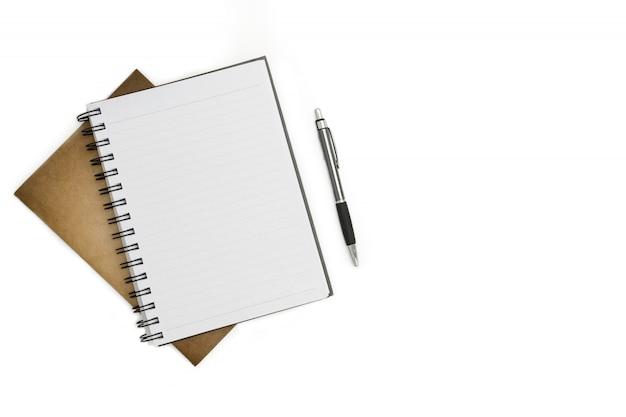 Cuaderno en blanco, pluma y papel marrón sobre fondo blanco escritorio