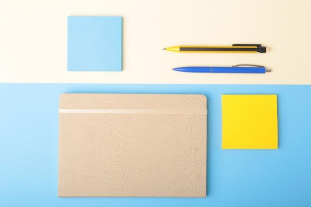 Cuaderno, bolígrafo, lápiz y otros suministros para oficina de negocios.