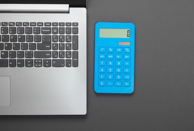 Cuaderno con calculadora en gris