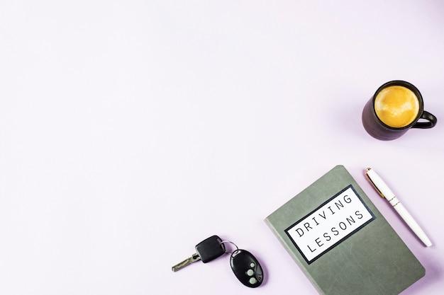 Cuaderno de capacitación para lecciones de manejo y estudio de las reglas de tránsito para obtener una licencia de conducir.