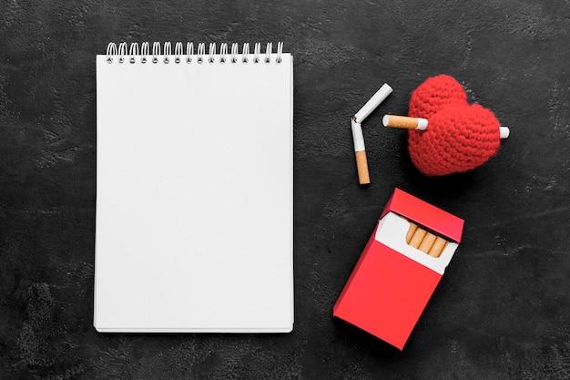 Cuaderno con cigarrillo en forma de corazón