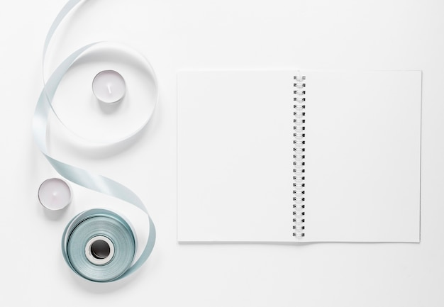 Cuaderno con cinta sobre mesa