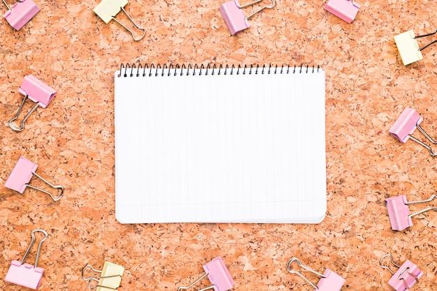 Cuaderno y clips de carpeta de colores