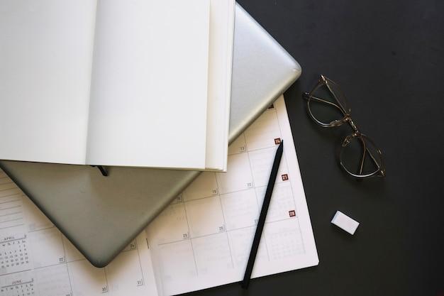 Cuaderno y computadora portátil en el calendario